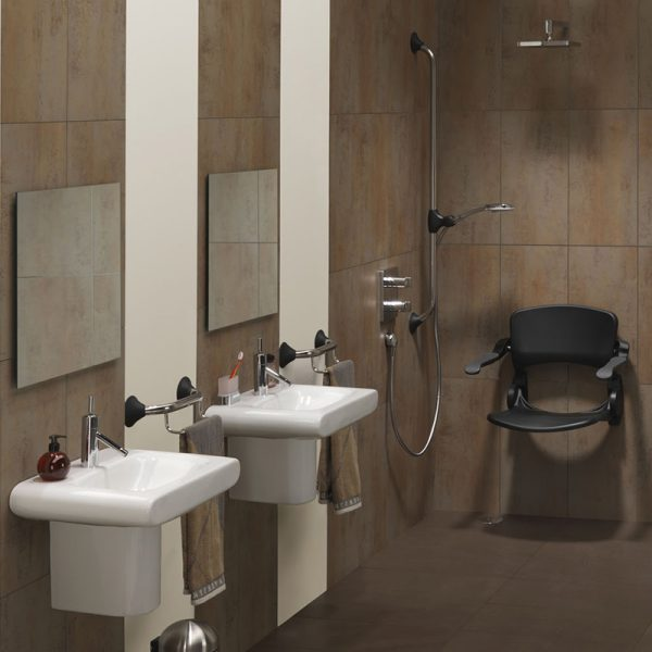 ergonomic shower seat anthracite in use