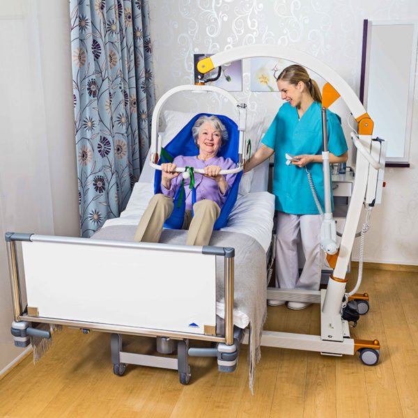 beka carlo comfort alu ep floor lift from bed with patient and caregiver 2