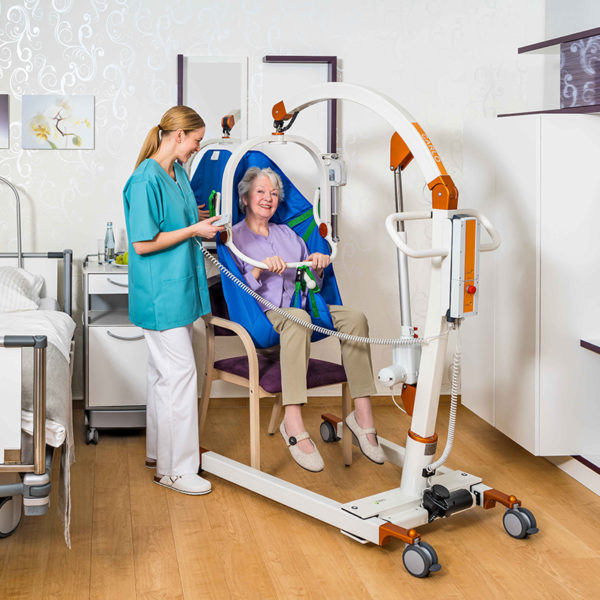 beka carlo comfort alu ep floor lift from chair with patient and caregiver 2 600x600